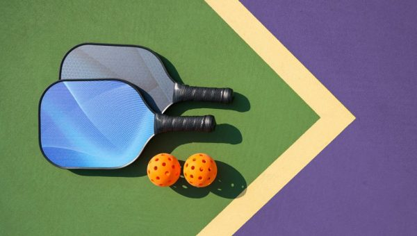 Pickelball-paddles-on-court-horiz-no-text